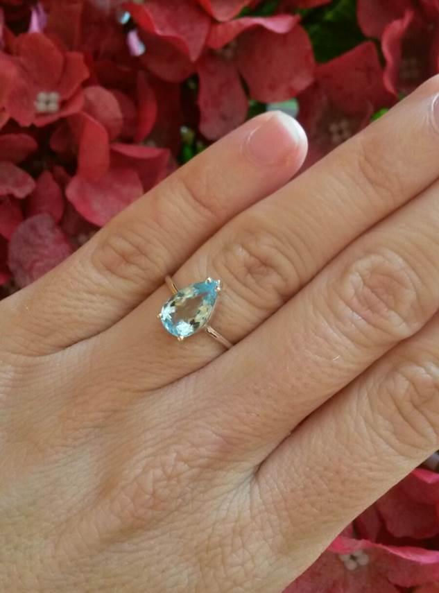 María José con su anillo de plata y aguamarina, fabricado especialmente para ella