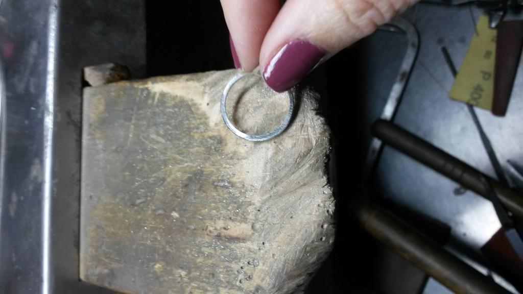 """El primer paso, una vez que tenemos estirada la plata y hemos dado forma al anillo, es limar para darle la forma de la llamada """"media caña"""""""