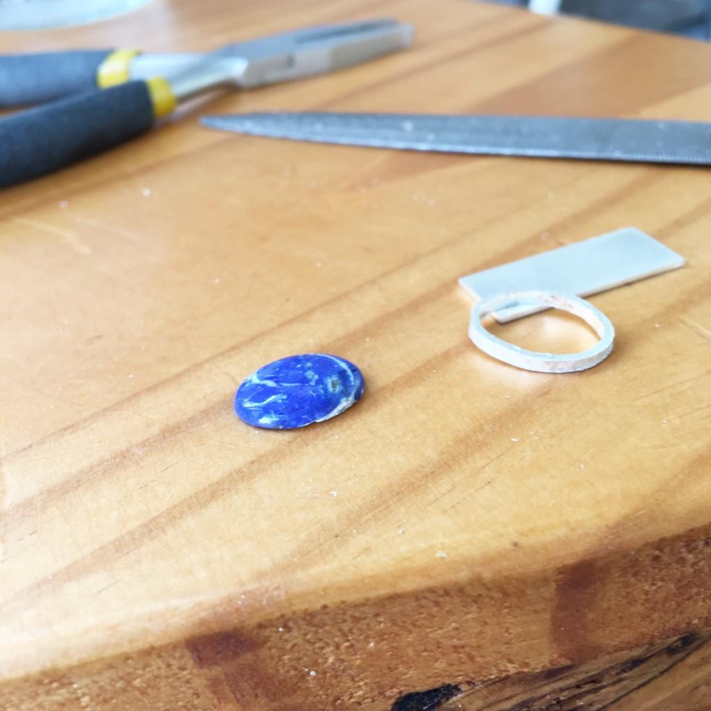 Fabricando el broche de plata y Lapislázuli, alicates y lima en mano