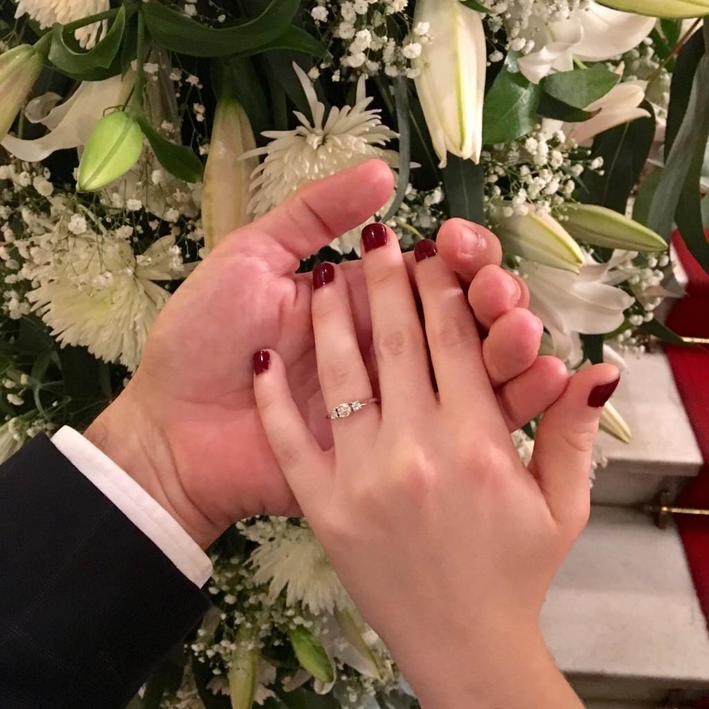 Y aquí está el anillo de pedida, una pieza única y hecha a mano, de oro blanco y con tres diamantes y oro blanco