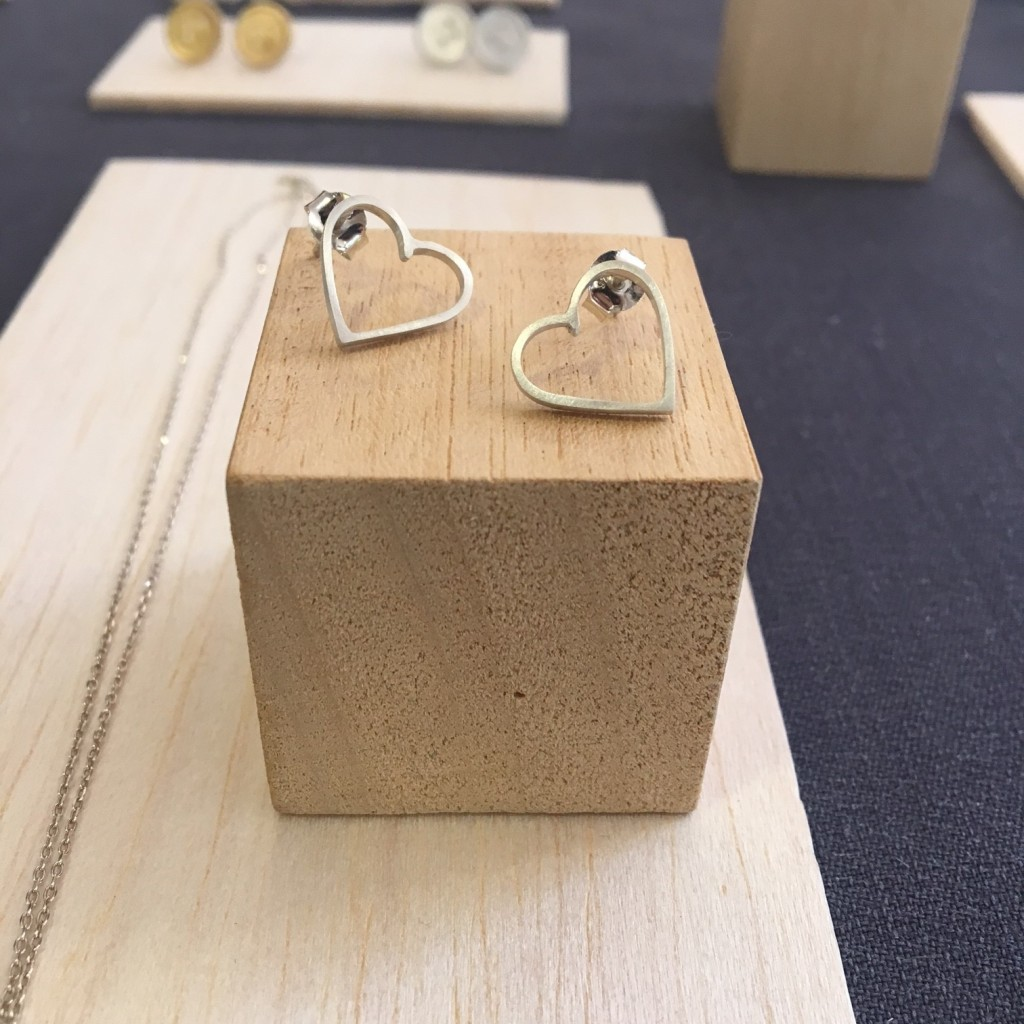 Pendientes de plata silueta de corazón :)