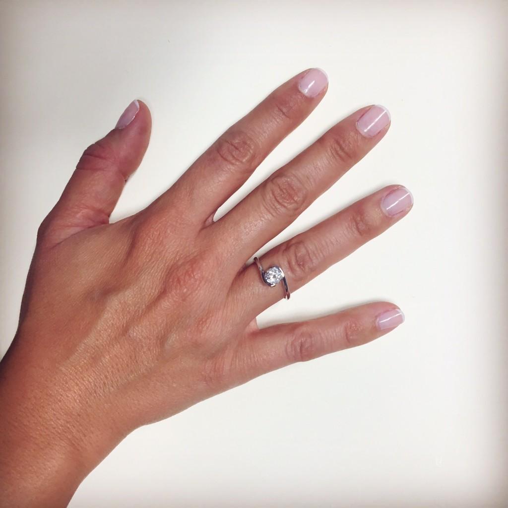 Así de imponente luce la sortija de aniversario, un diamante con un gran tamaño :)
