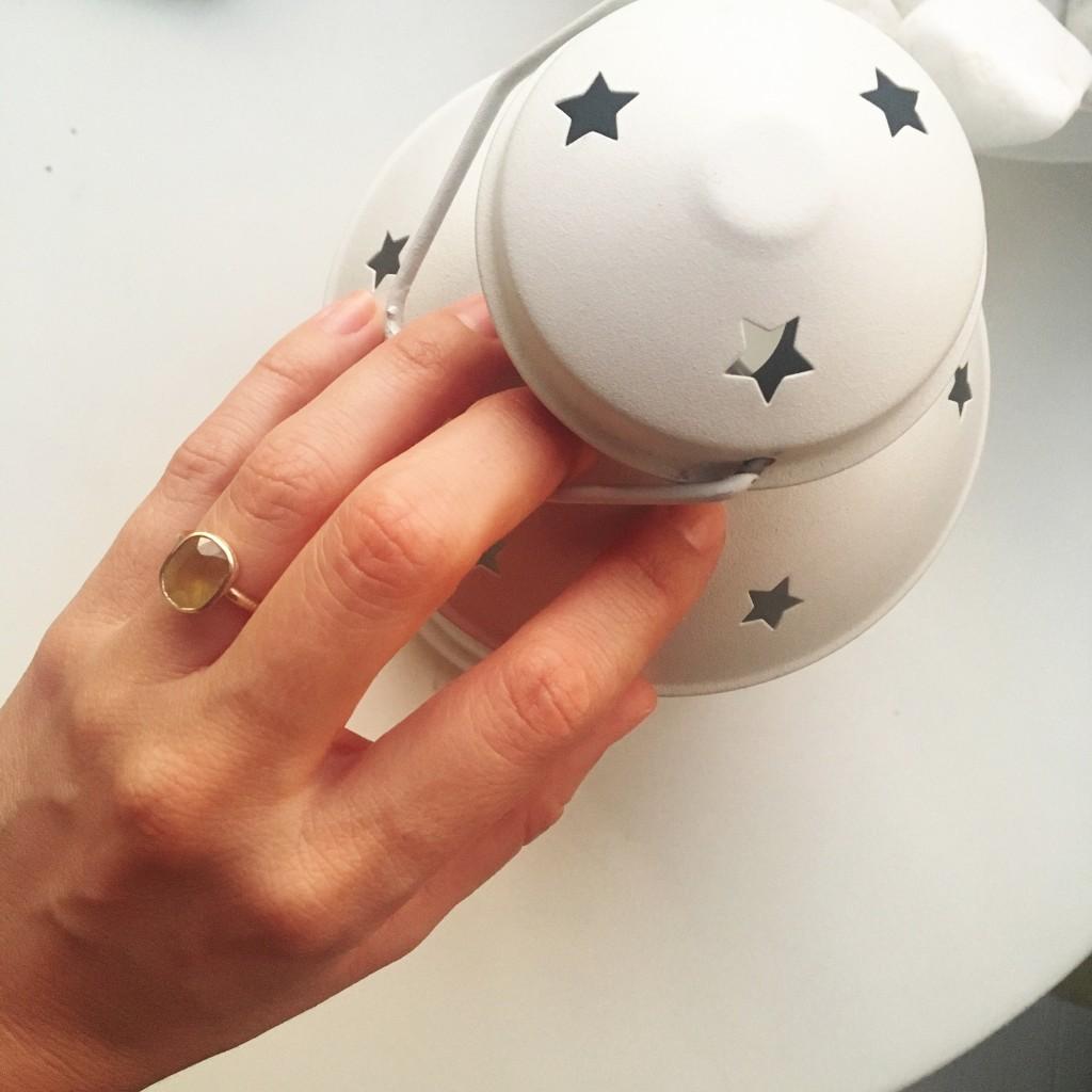 Así queda este anillo de oro y Zafiro Amarillo