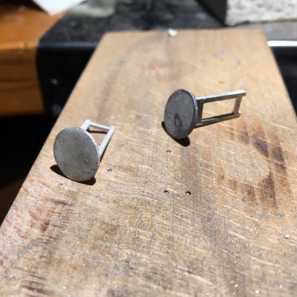 Láminas de plata soldadas a la base del gemelo