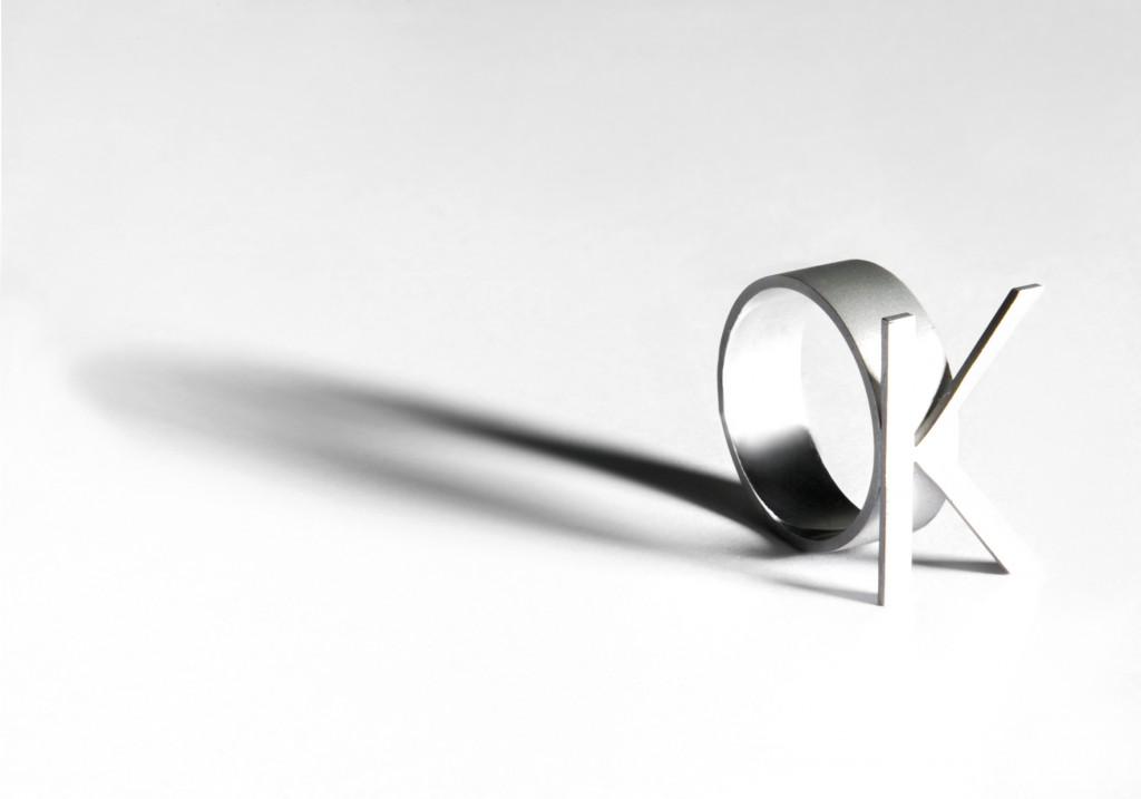 Plata modelada en líneas rectas y cortes limpios, acompañada de dúo de efectos brillo y mate