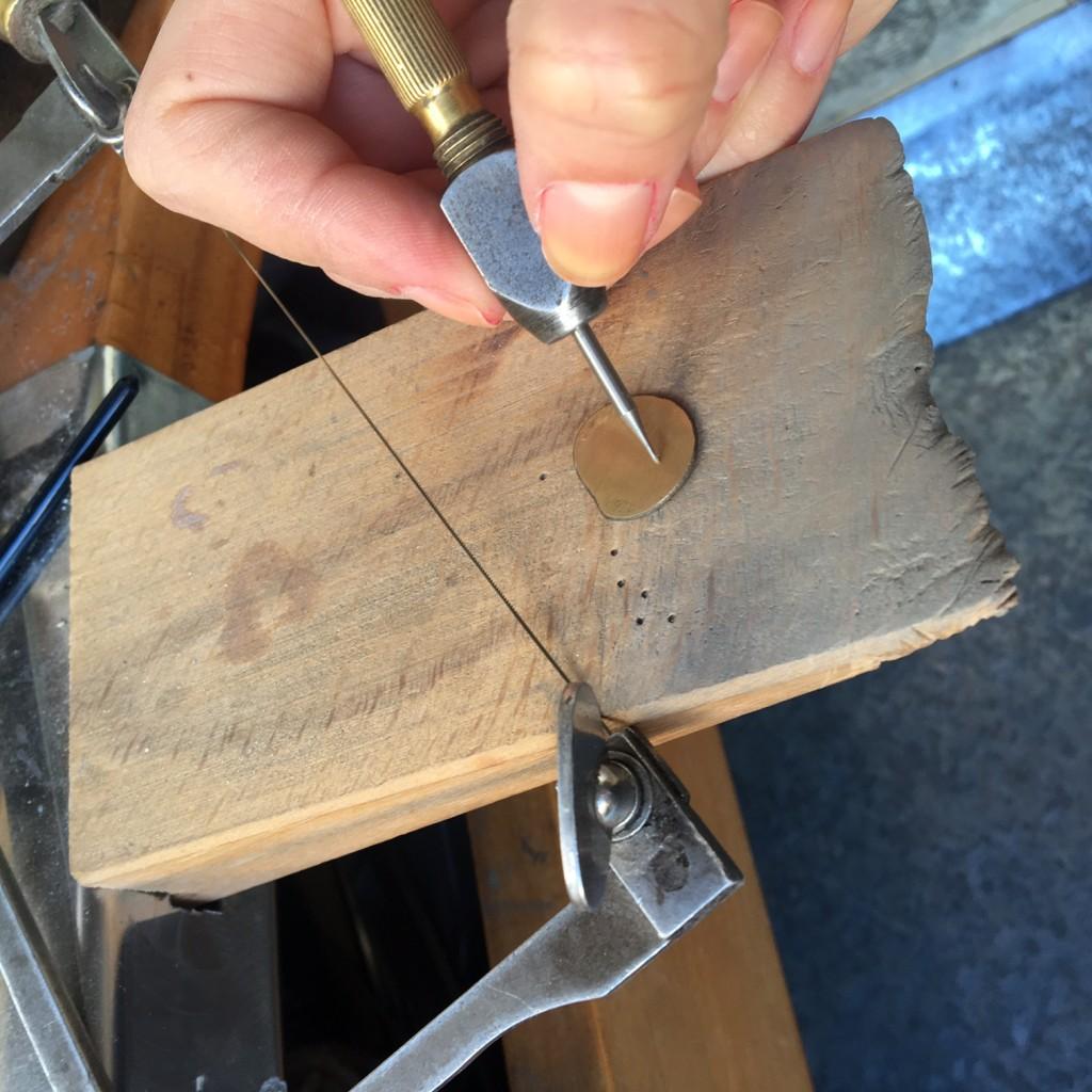 comenzando a dibujar a mano alzada sobre el oro