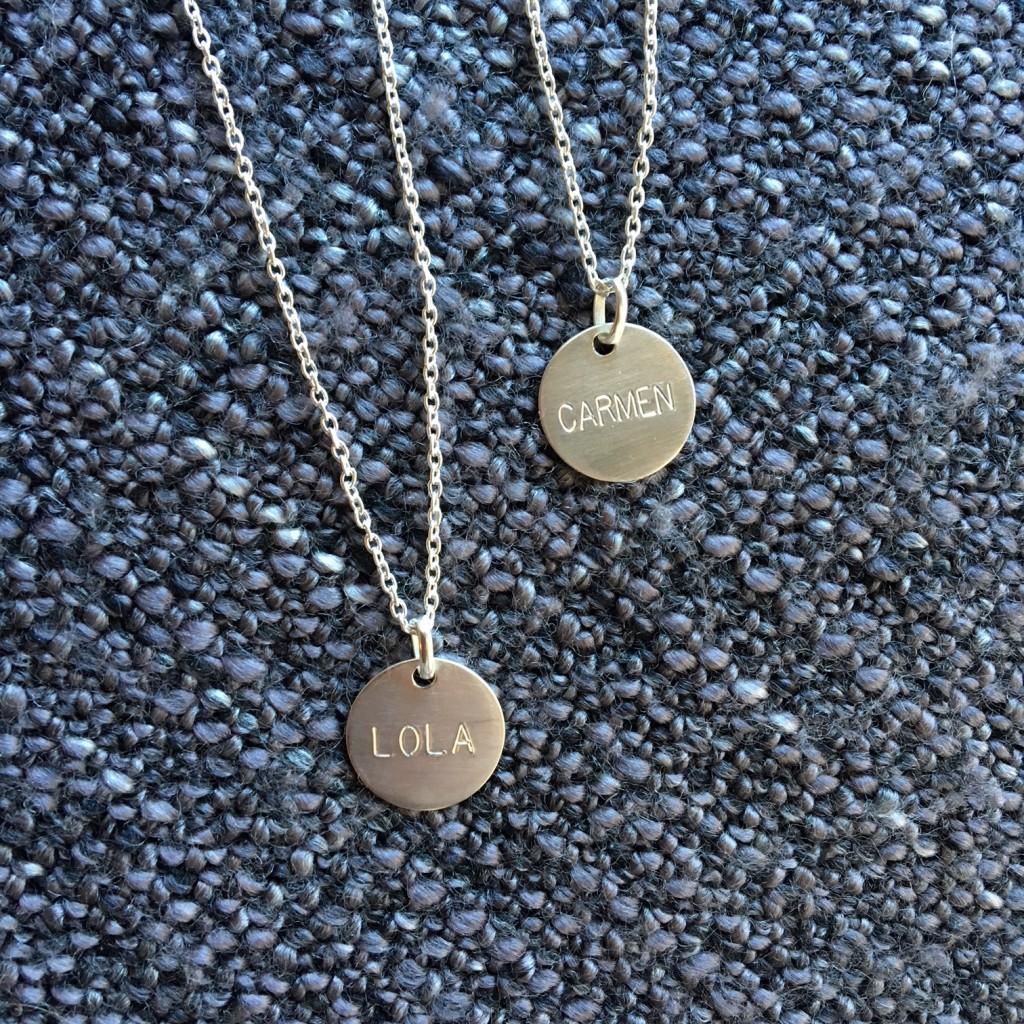 Medallas de plata hechas a mano y grabadas con nombre de las hijas