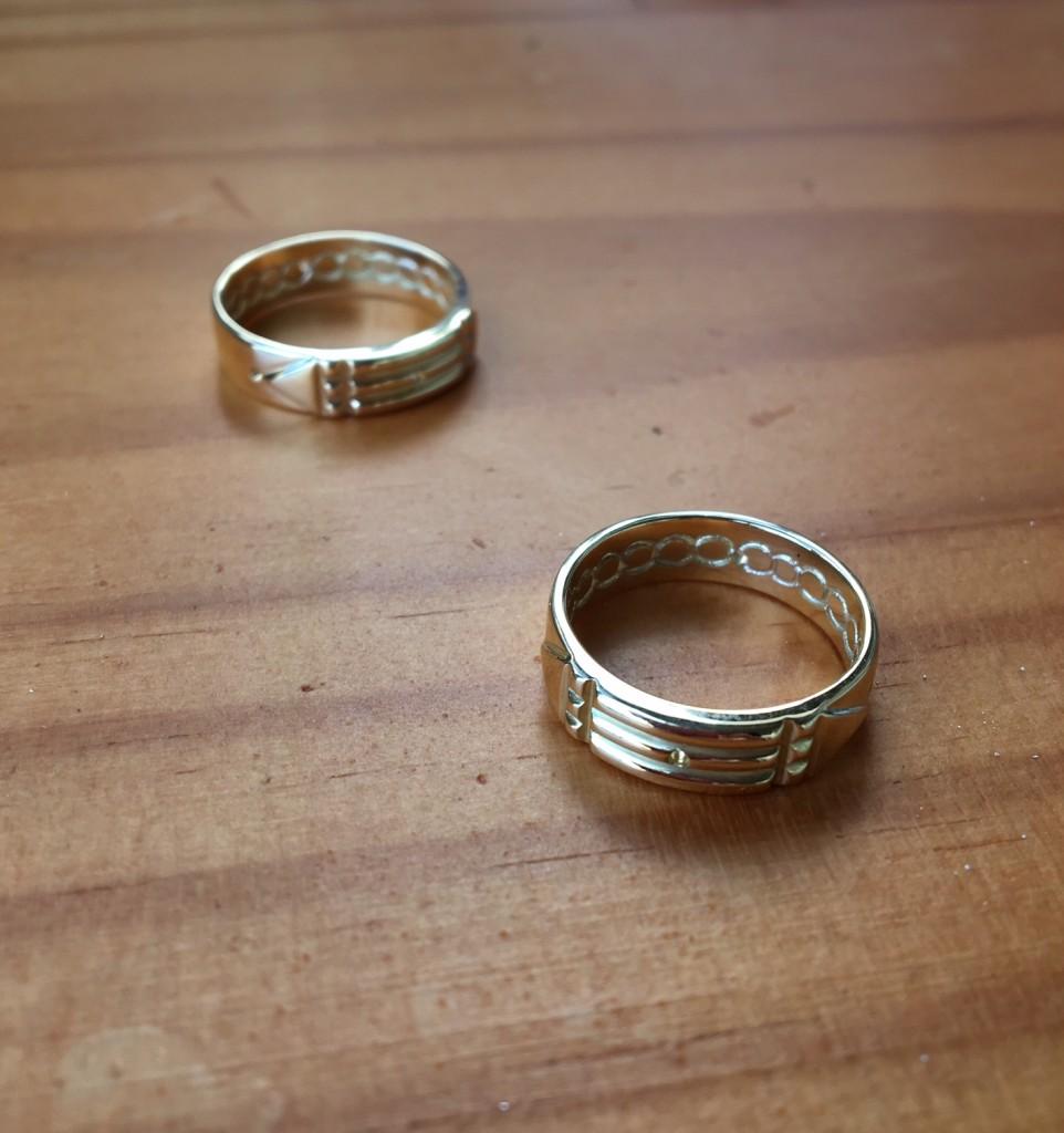 El anillo del Atlante tiene grabados infinitos símbolos del infinito... No hace falta mucha más lectura :)