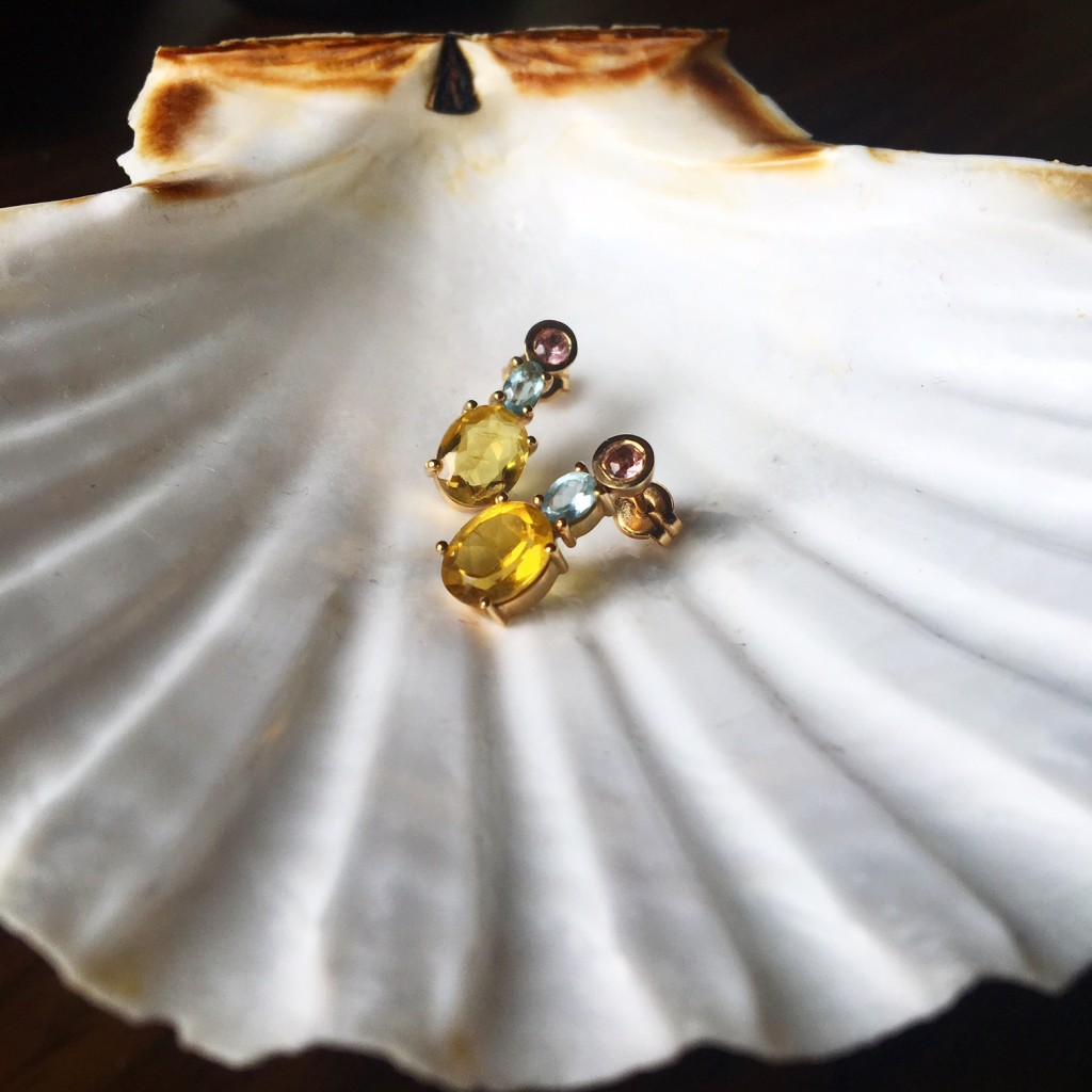 Tres piedras en distintos colores y oro de 24 kts forman una joya eterna