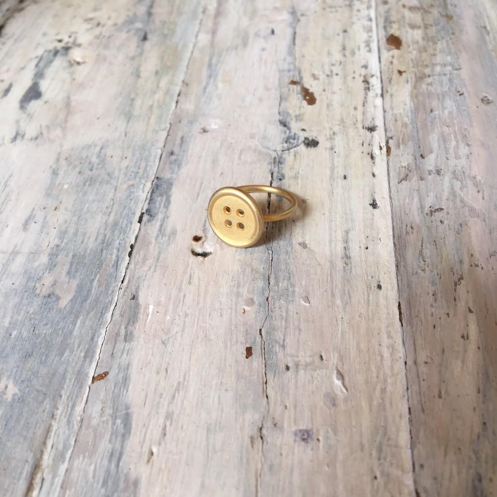 plata bañada en oro amarillo y con acabado textura de arena