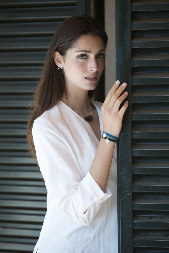 Raquel Tejedor con collar Lanzarote, Pendientes Silueta de Corazón y pulseras personalizadas